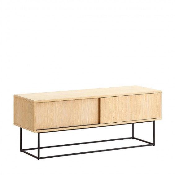 """Het <b><a href=""""/merken/woud/"""" title=""""WOUD"""">WOUD</a> Virka Dressoir Low</b> is een ontwerp van <b>Røpke Design & MOAKK</b>. Dit elegante lage dressoir vormt een prachtige basis in uw woonkamer of hal en kan tevens dienstdoen als tv-meubel. Het metalen ond"""