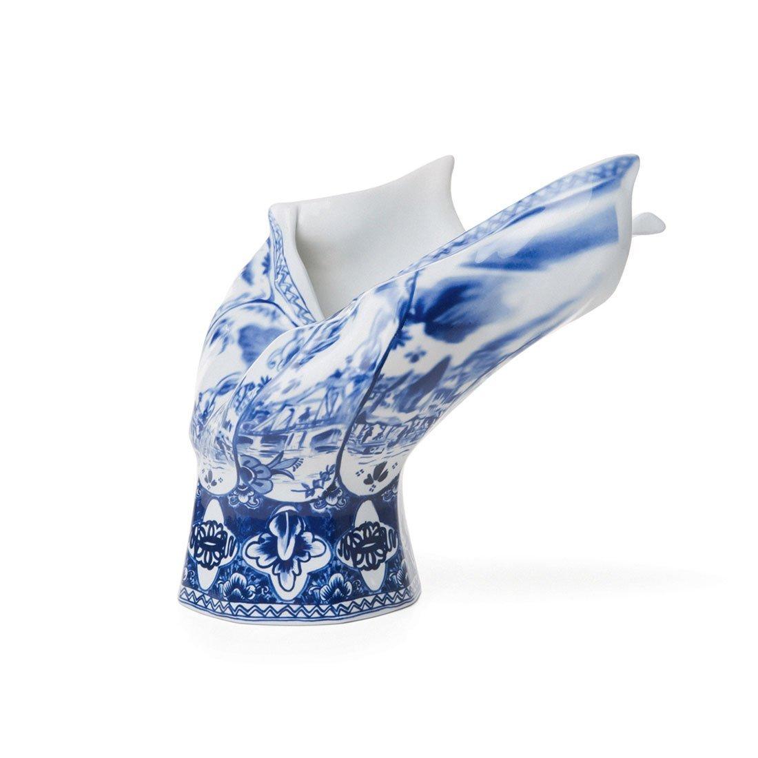De blow away vase vaas van moooi is een typisch hollandse vaas. niet alleen de delftsblauwe stijl en print ...