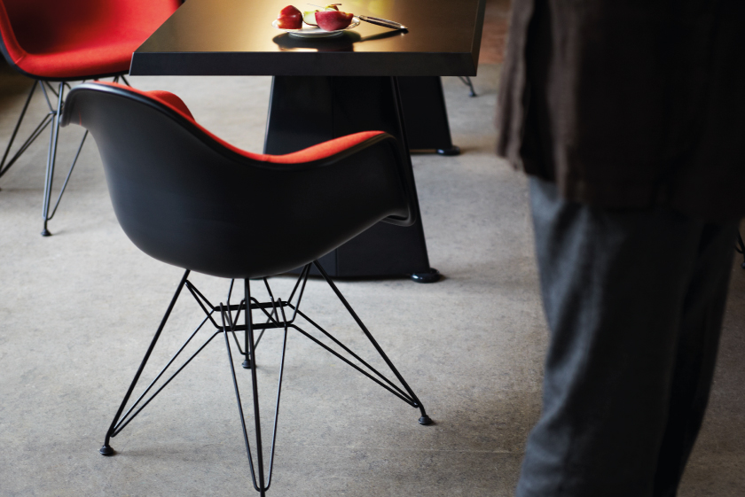 Eames plastic chair campagne 2017 vitraoriginal for Eames chair bestellen